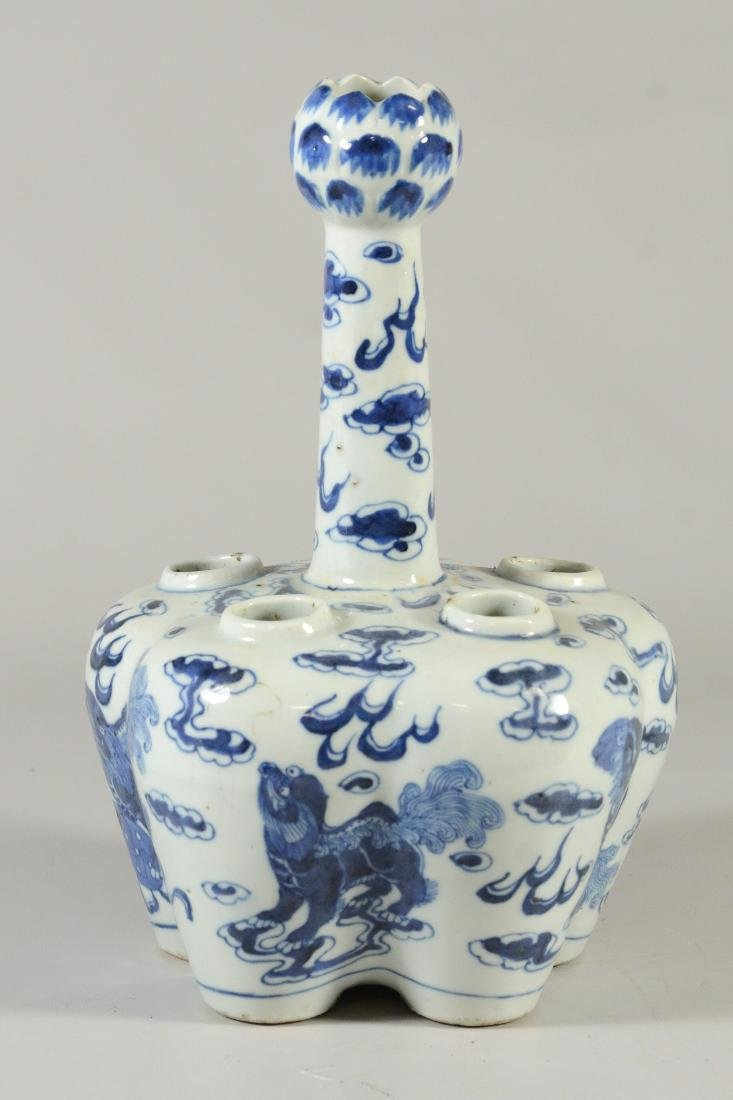 Two Chinese blue and white tulipier vases, 19th C - 3