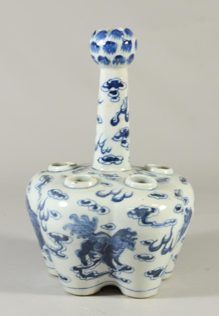 Two Chinese blue and white tulipier vases, 19th C - 5