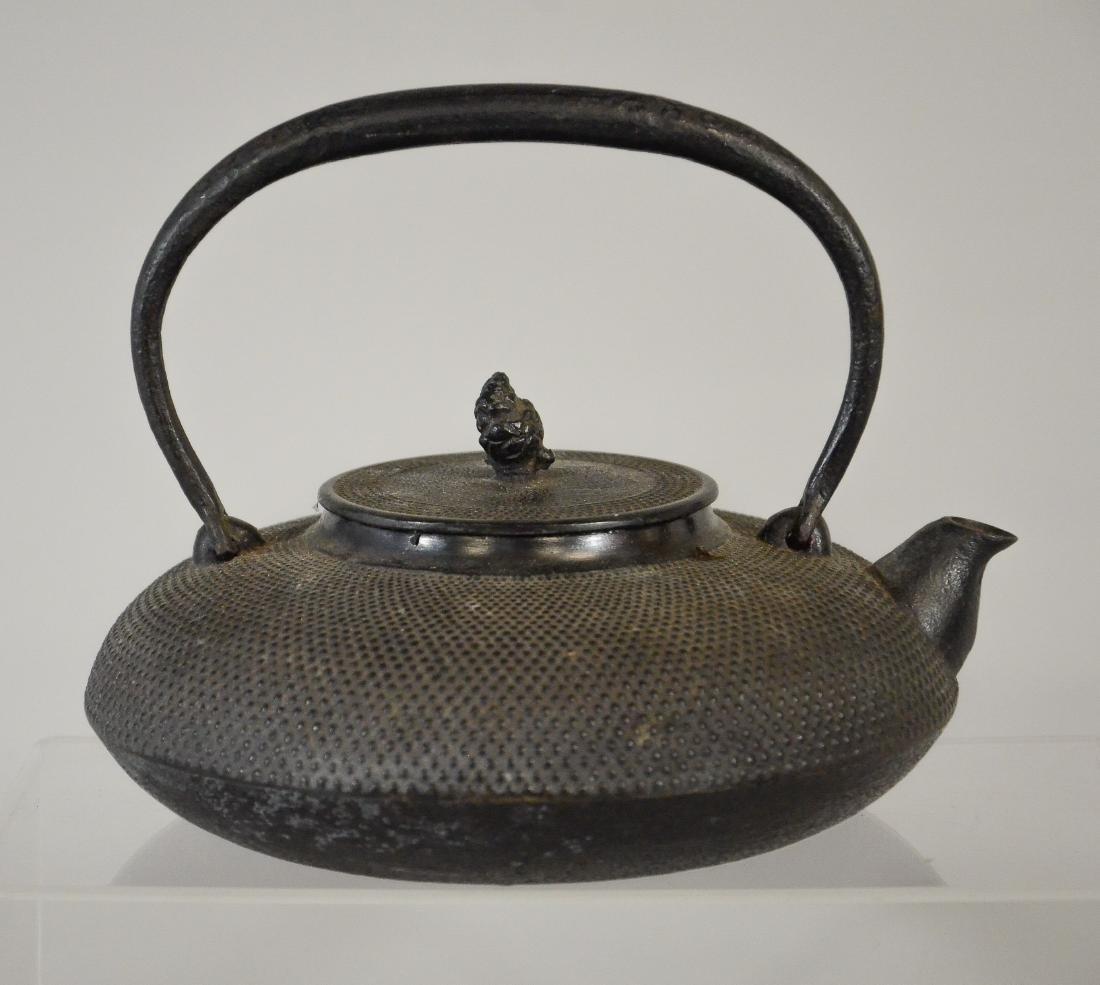 2 Japanese iron tea kettles, Tetsubin, 1 missing lid - 2