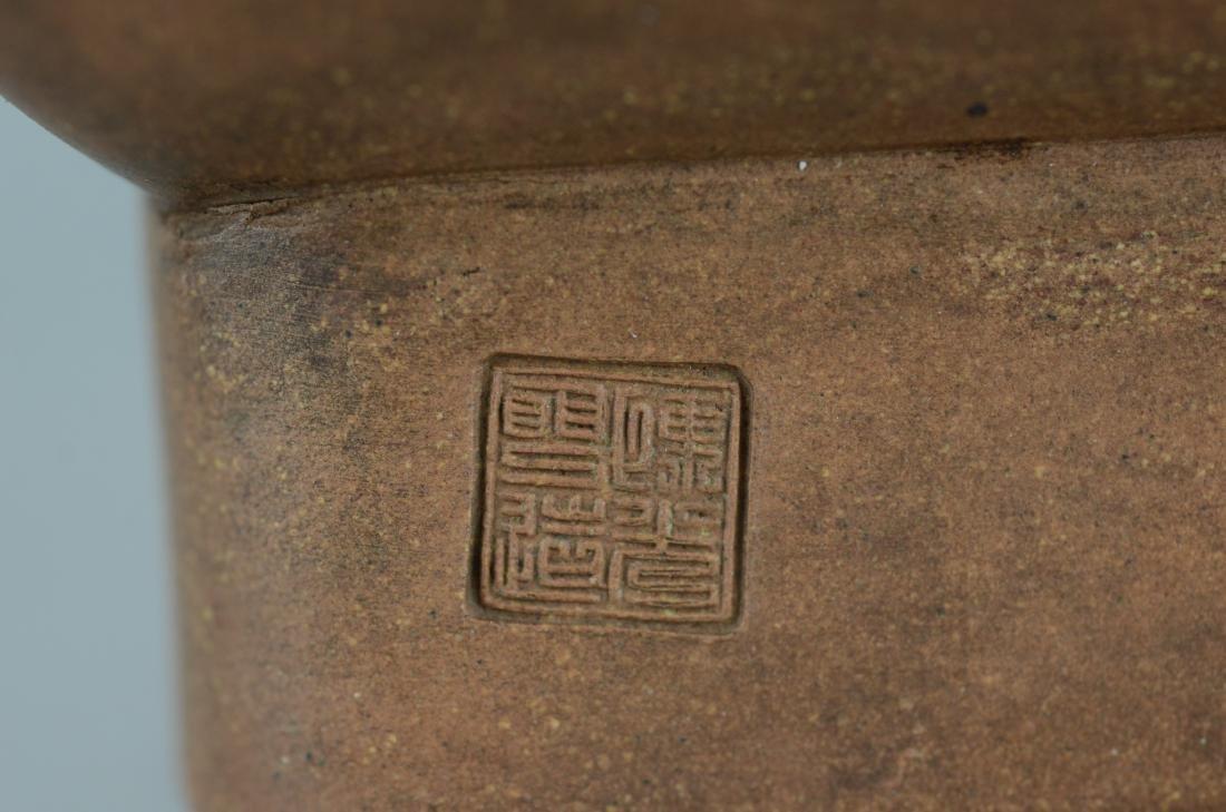 Yixing vase decorated with stylized lion handles - 8