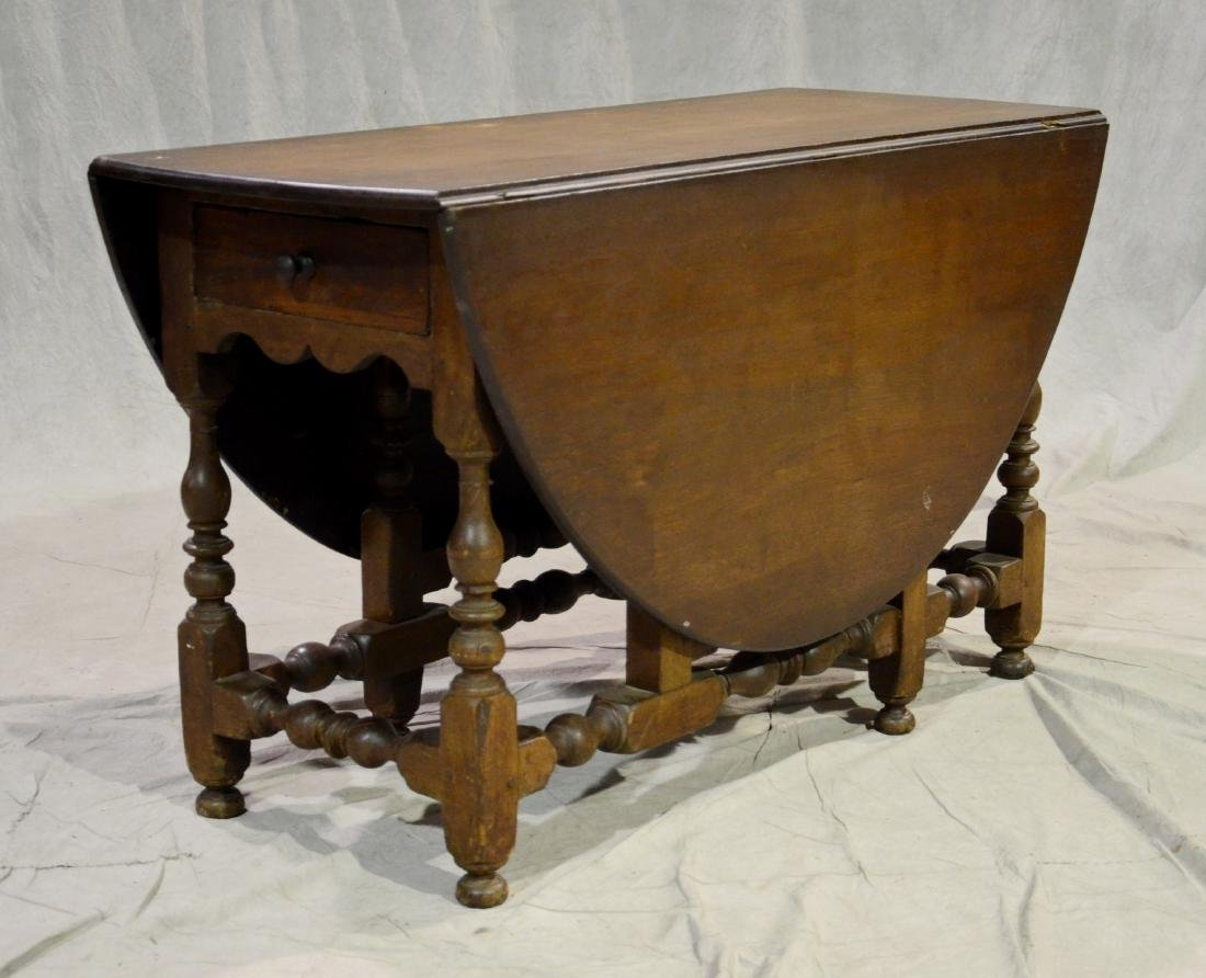 Walnut William and Mary gateleg table, 18th c