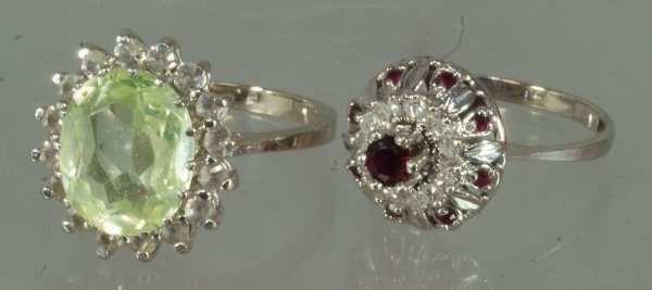 19: 14K WG ladies ring, set with a center red stone sur