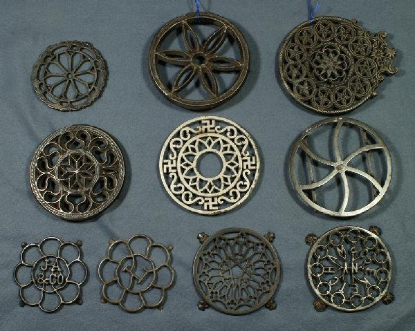 "1: Lot of 10 round cast iron trivets, largest 7"" diamet"