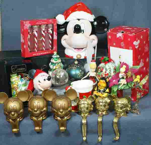 325: (22) Disney Christmas items including 7 stocking h