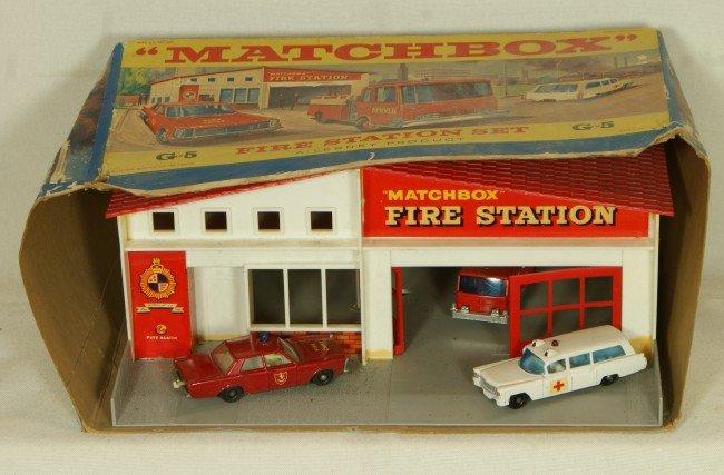 101: Matchbox fire station with firetruck, ambulance an