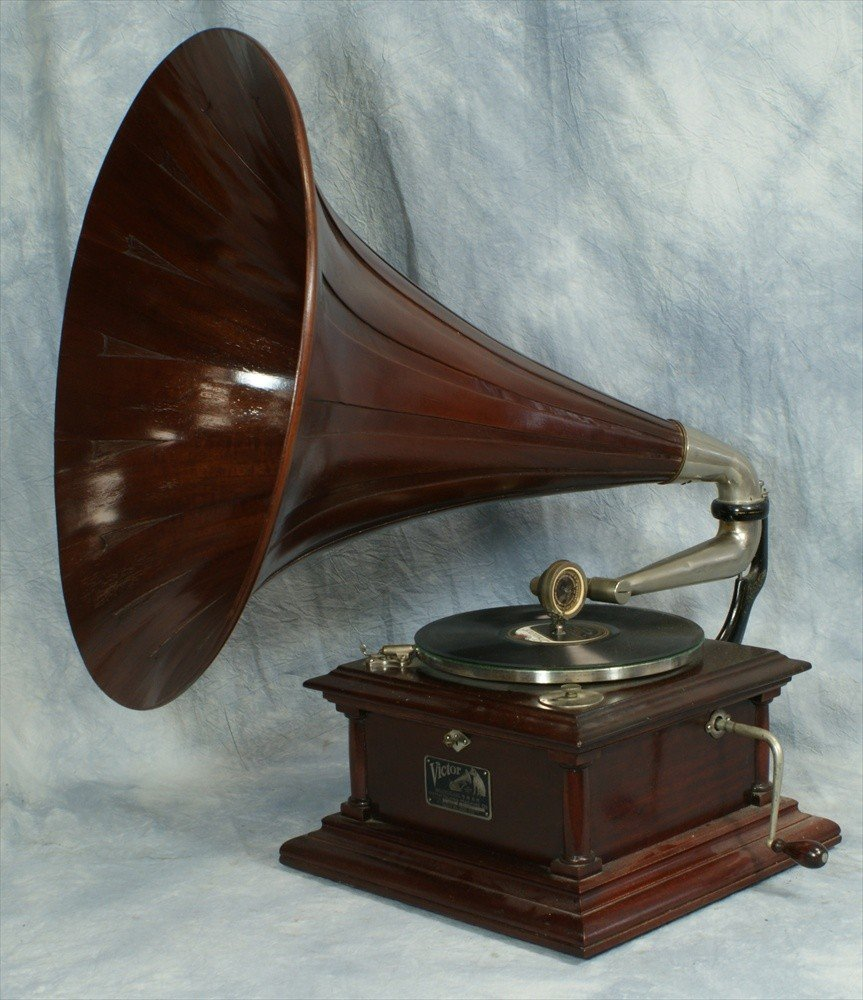 303: Victor IV disc record player with mahogany wooden