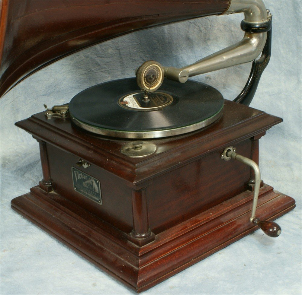 303: Victor IV disc record player with mahogany wooden  - 2