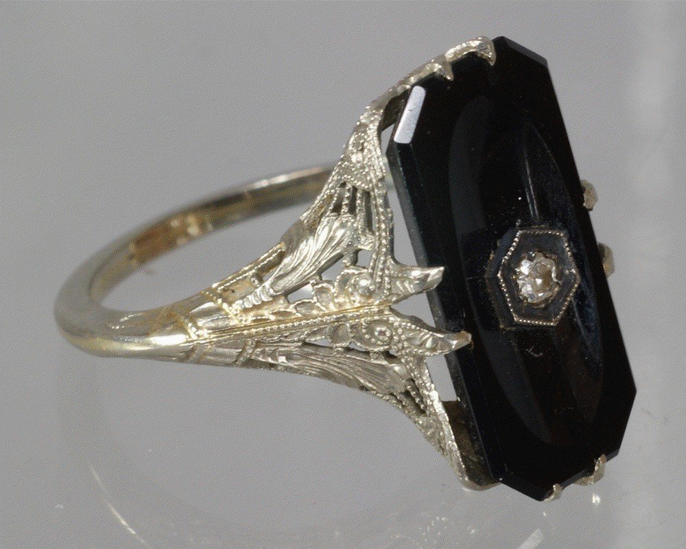 79: 14K WG filigree ring with onyx and diamond top, siz