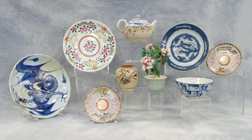 10020: (9) Assorted pieces of Japanese pottery and porc