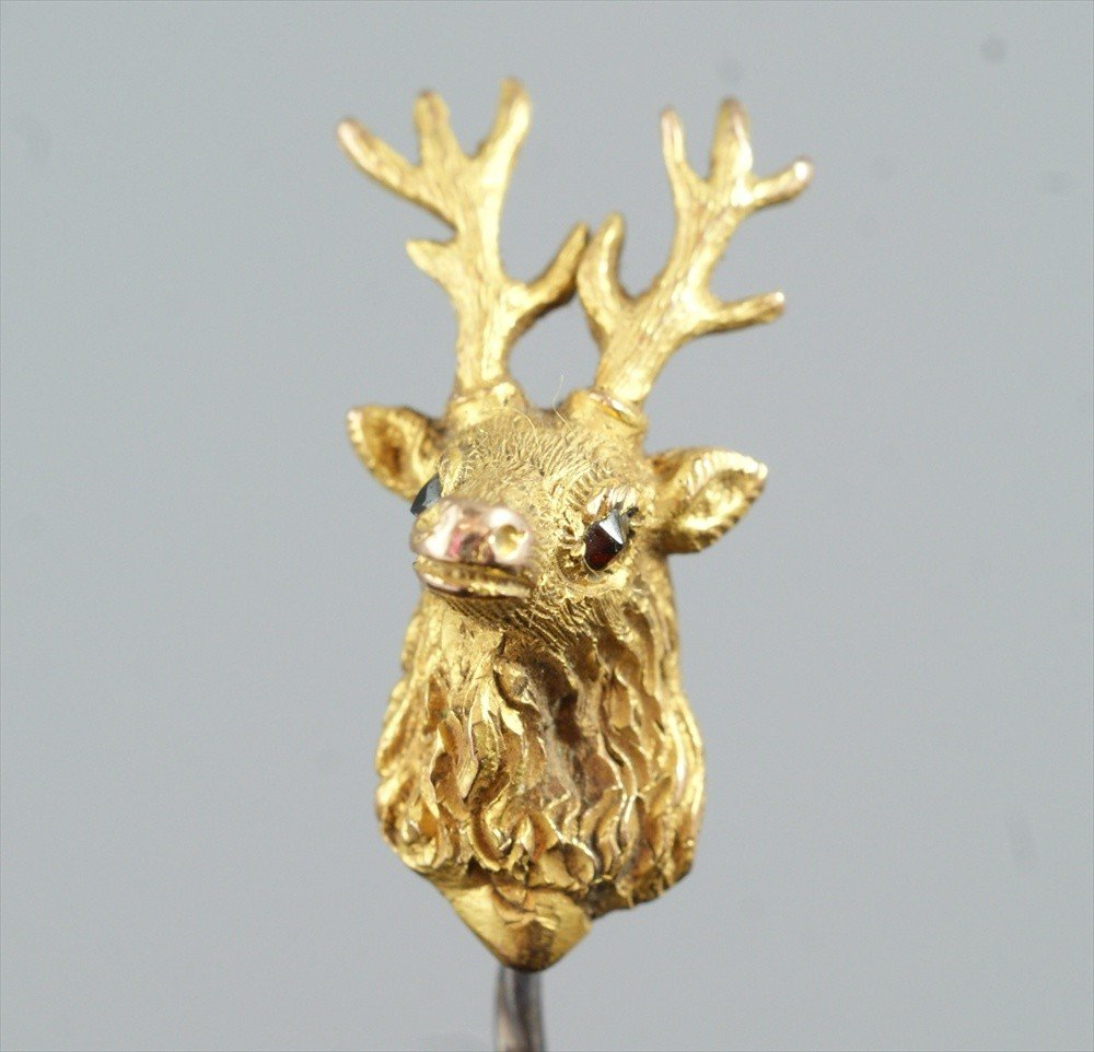 10024: Unmarked YG stickpin, stags head with amber eyes