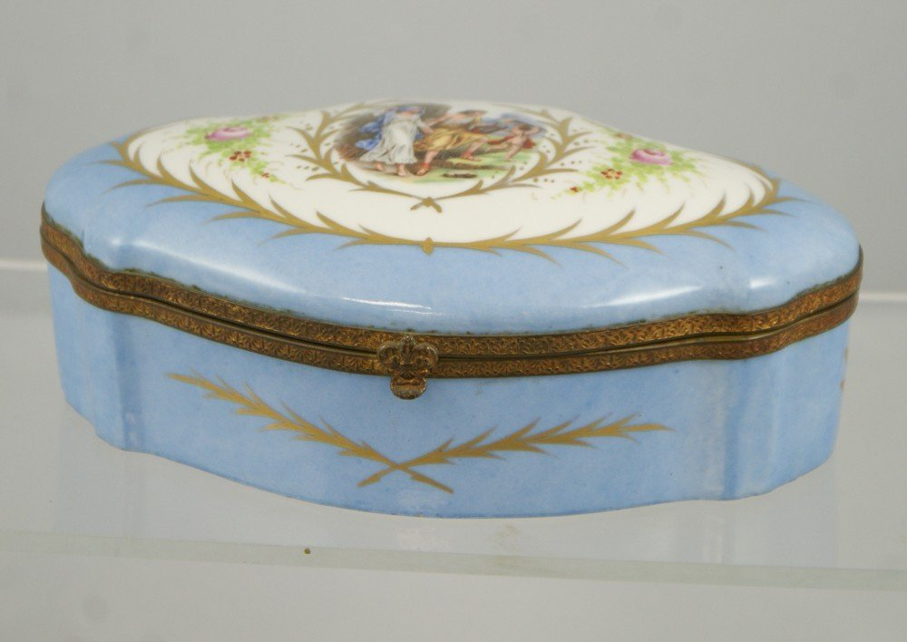 2178: French porcelain dresser box with transfer and ha
