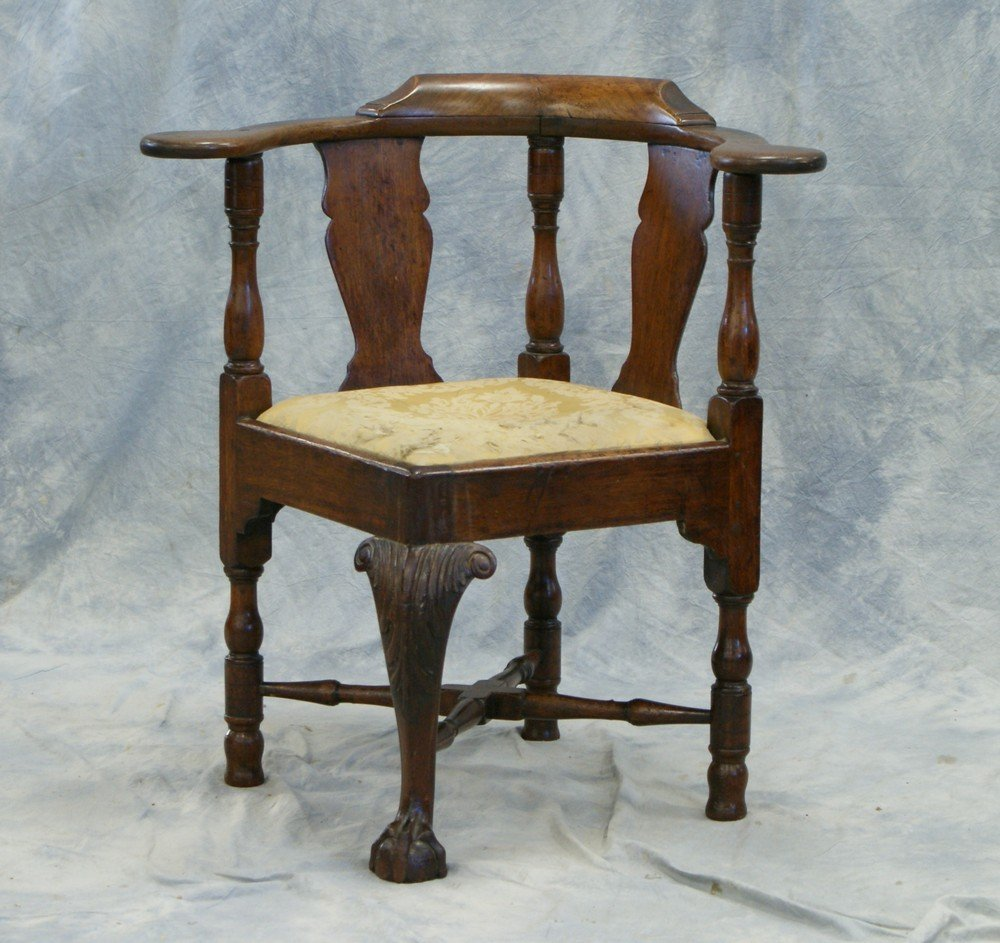 2203: Walnut Chippendale Corner Chair with acanthus car - 3