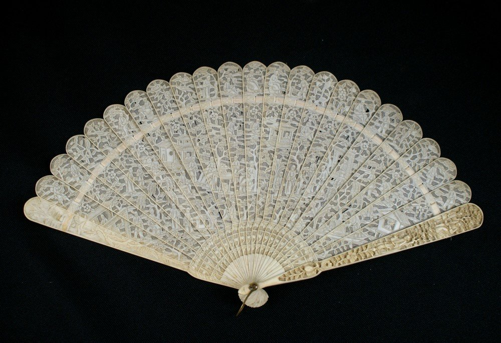 2141: Chinese Export Carved Ivory Brise Fan. The very f