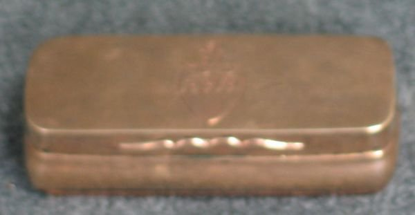 101A: 9K YG English snuff box with engraved coat of arm