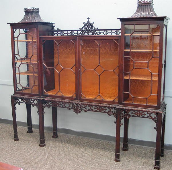 355: Carved mahogany Chinese Chippendale style curio ca
