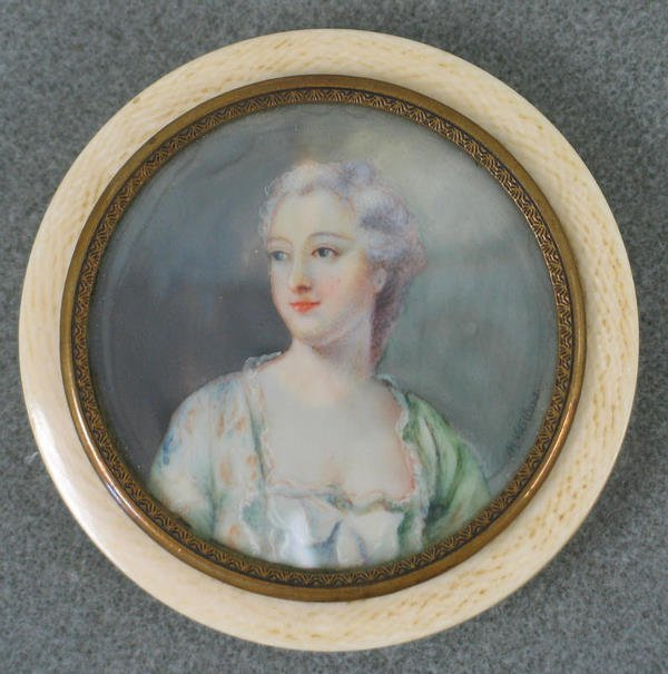 1003: Round hand painted portrait on ivory in brass bez