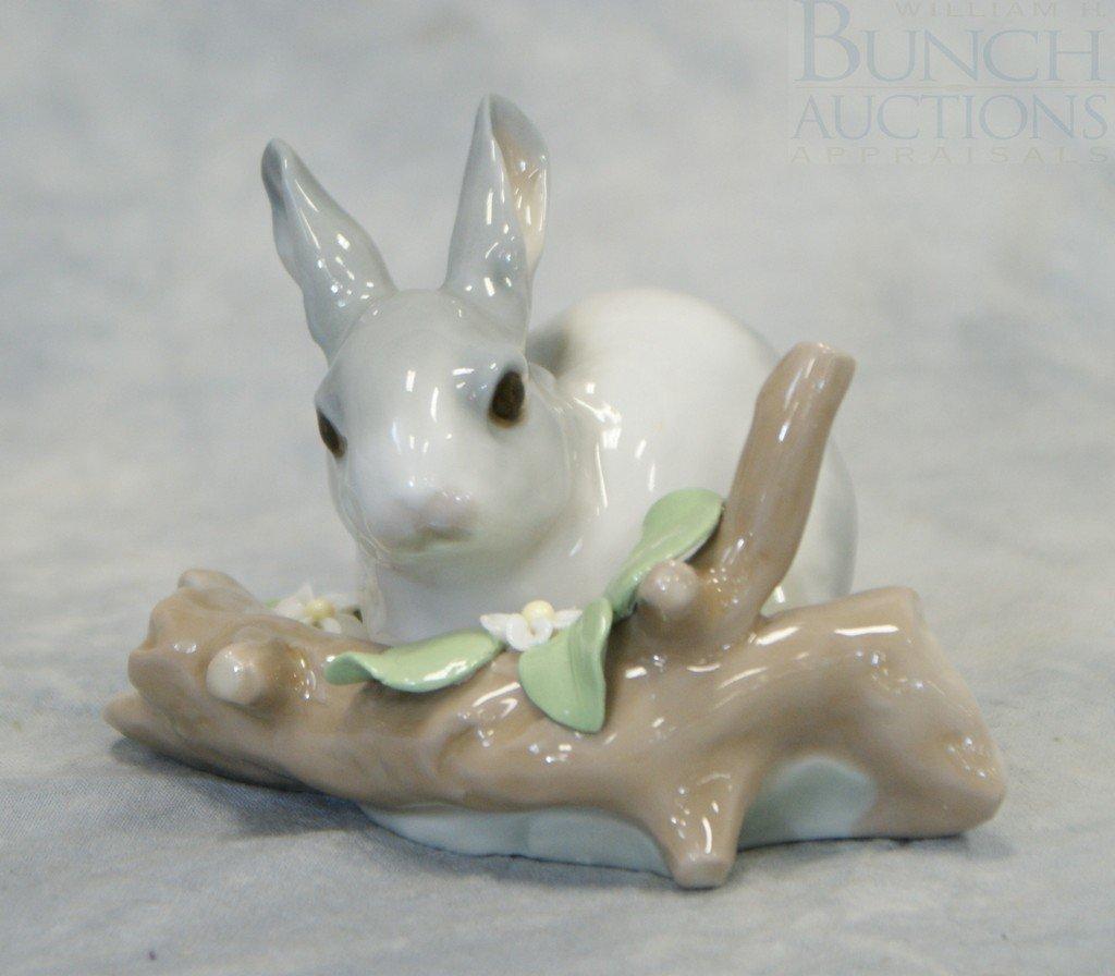 3048D: Lladro Rabbit Eating (Grey) figurine #4773, 3 1/