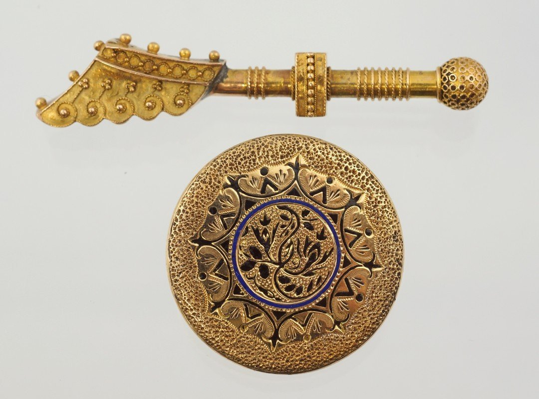 Unmarked YG bar pin and locket with niello decoration,
