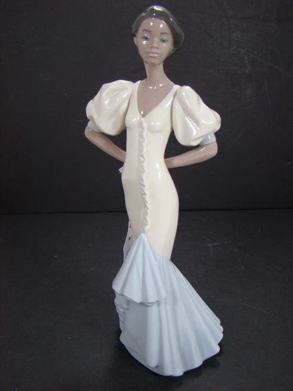 802: LLADRO VELISA 11 INCHES TALL 6181 EXCELLENT