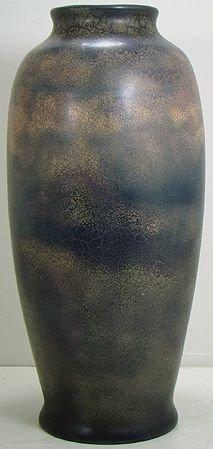 1067: ROSEVILLE PAULEO OIL SKIN GLAZE 19 INCH FLOOR VAS