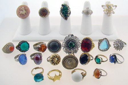 1005: LOT OF 24 COSTUME JEWELRY RINGS