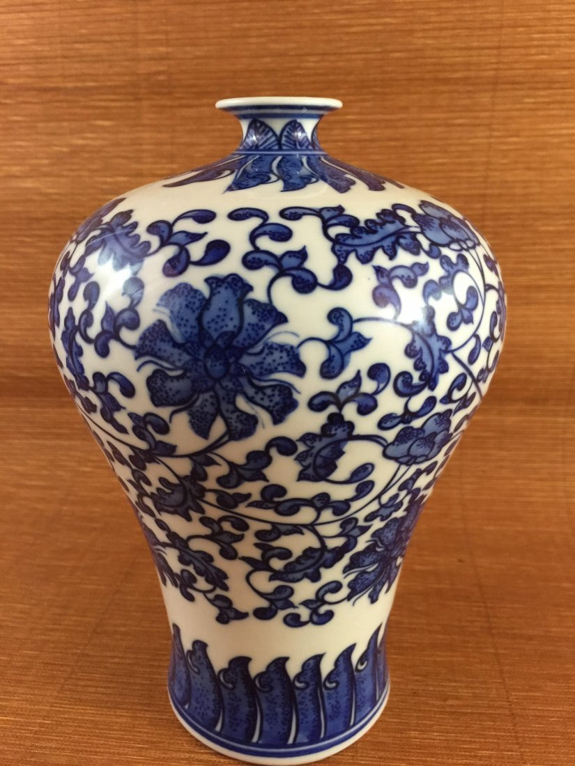 A Chinese Vintage Blue & White Porcelain Vase