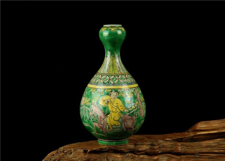 Chinese Famille rose Porcelain Vase with Green Ground