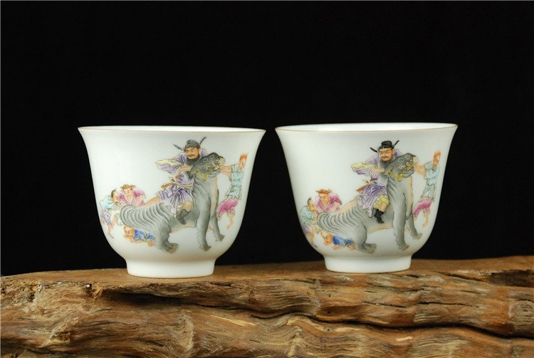 A Pair of Chinese Famille Rose Porcelain Cupes - 2