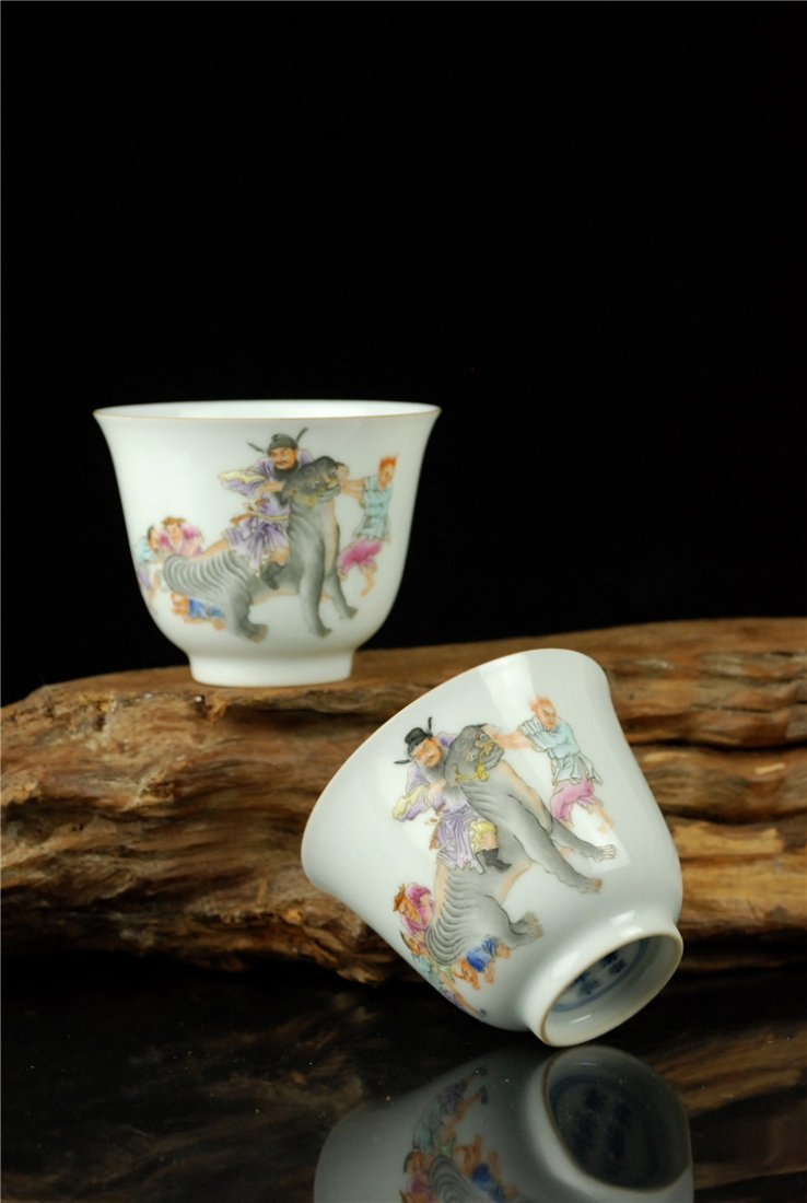 A Pair of Chinese Famille Rose Porcelain Cupes - 3