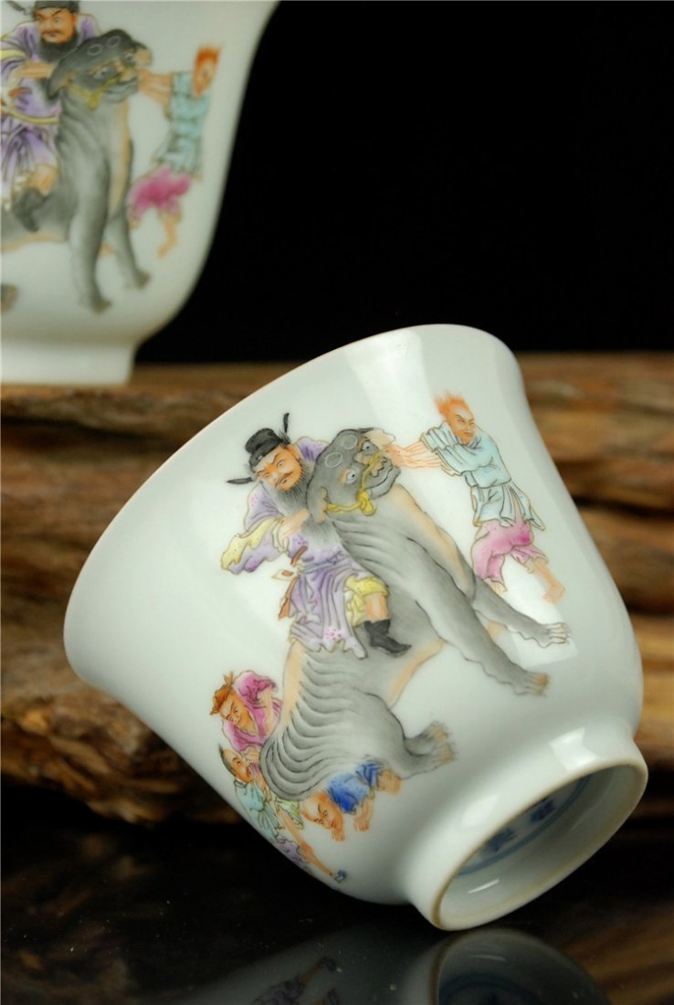 A Pair of Chinese Famille Rose Porcelain Cupes - 4