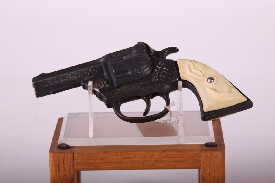 Kenton Bullseye Cap Gun, Cast Iron, White Cowboy Hat