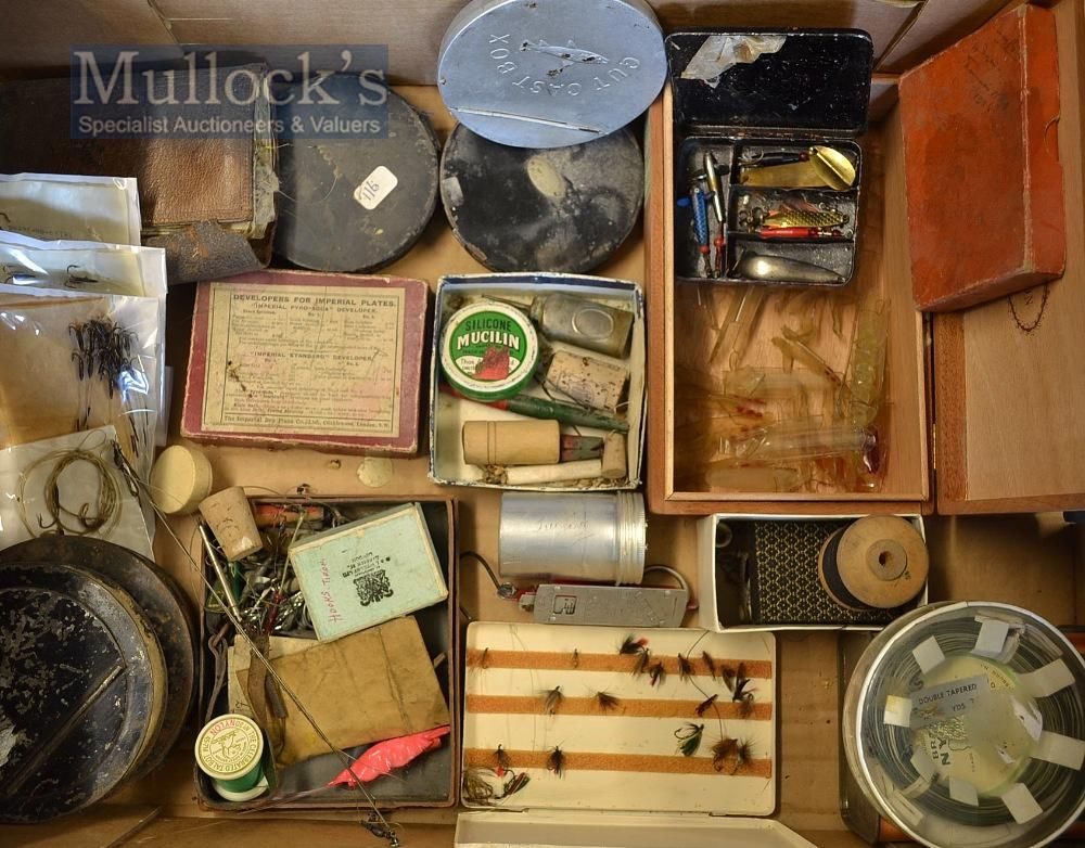 Box of various fishing accessories (a lot)...