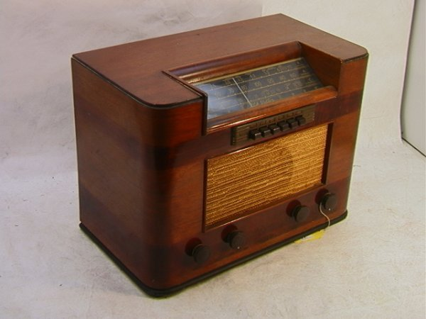 2016: RCA VICTOR 28T Walnut Table Radio. Ser 136903   D