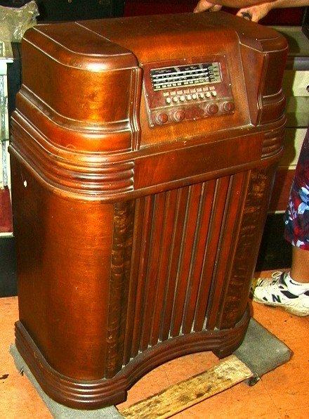 2039: PHILCO Floor Model Console Radio.   Dimensions: