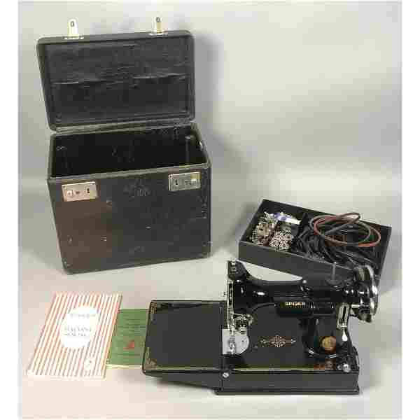 SINGER Featherweight Sewing Machine in Case. Come