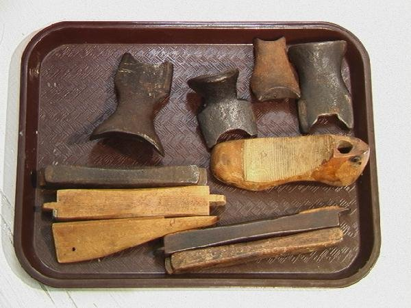 551: Antique Cobblers Bench with Tools and accessories - 4
