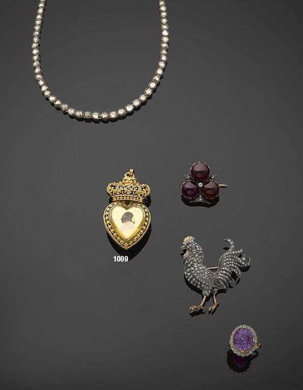 1009: Pendentif en or, profil royal sur verre églomisé.