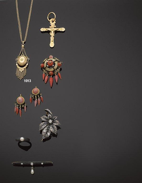 1013: Collier; chaine de montre, retenant  pendentif à