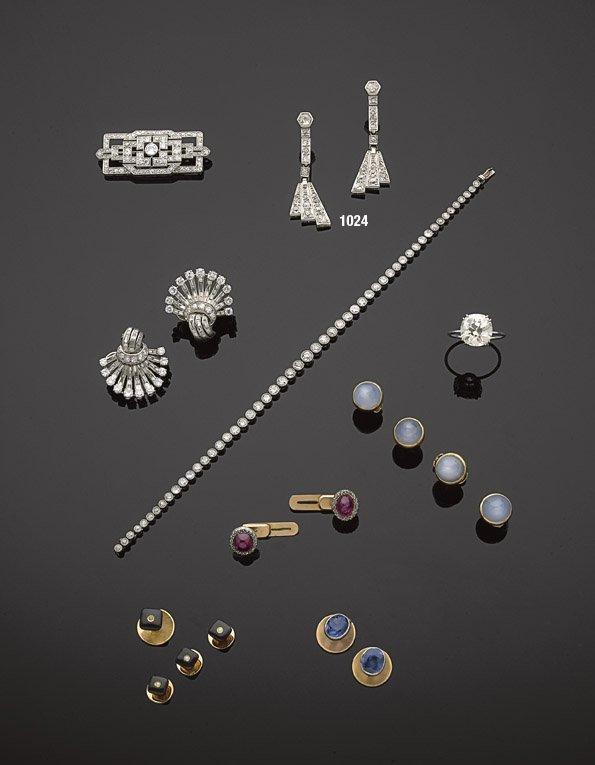 1024: Paire de pendants d'oreilles diamants de taille a