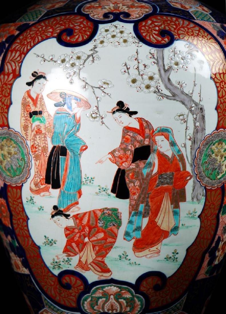 A JAPANESE LARGE IMARI VASE - 3