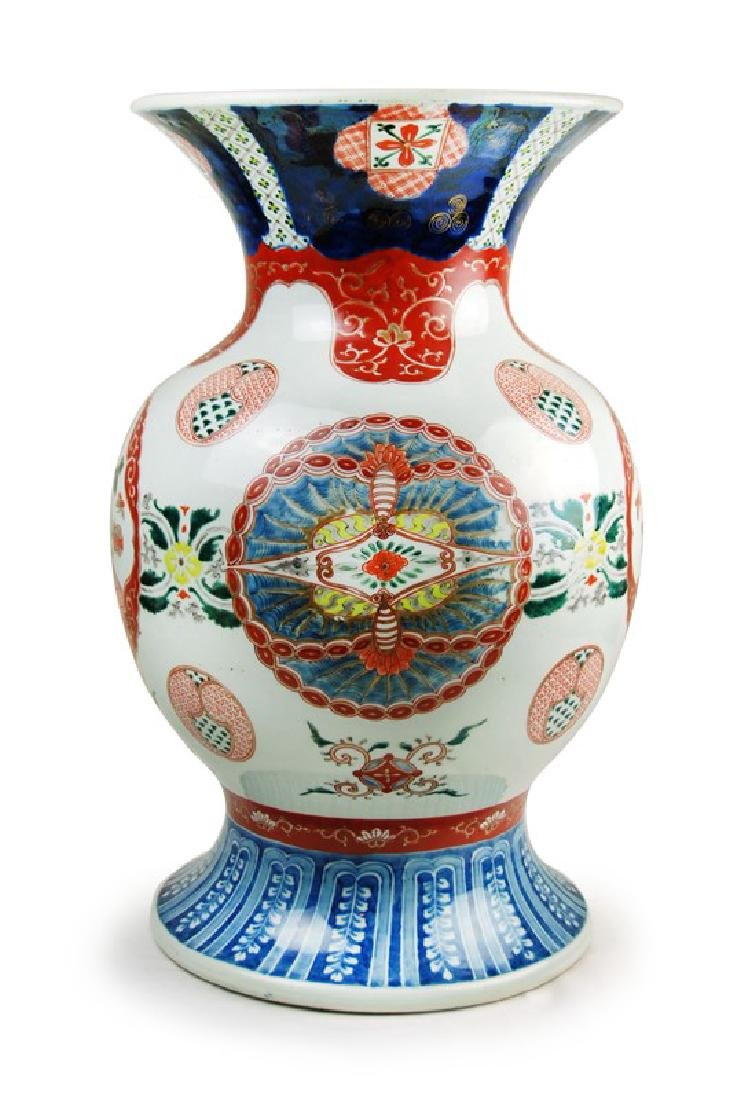 A JAPANESE IMARI VASE; EDO PERIOD (1603-1867)