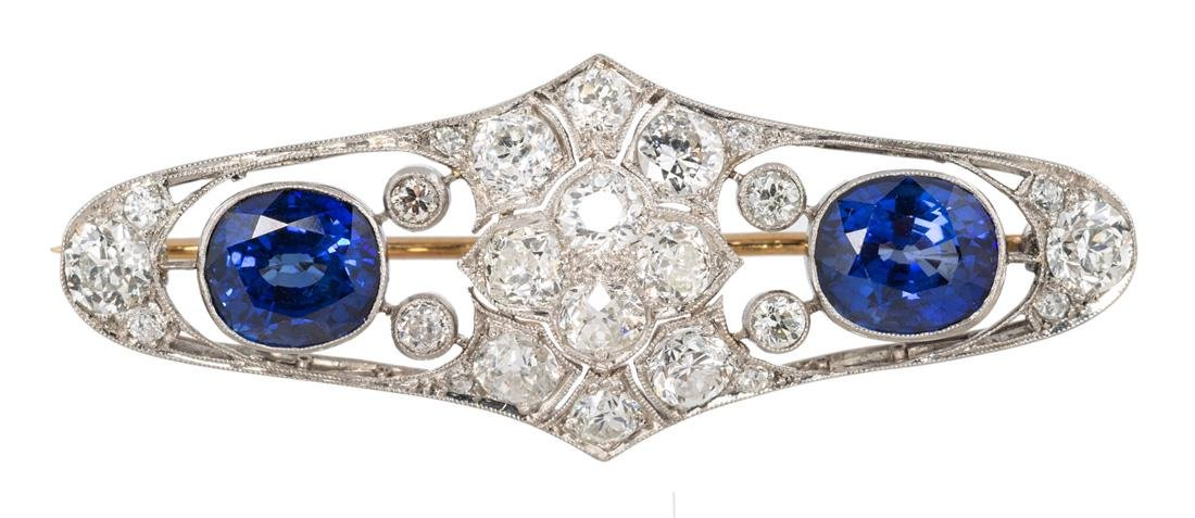 AN ART DECO BROOCH SET WITH SAPPHIRES AND DIAMONDS