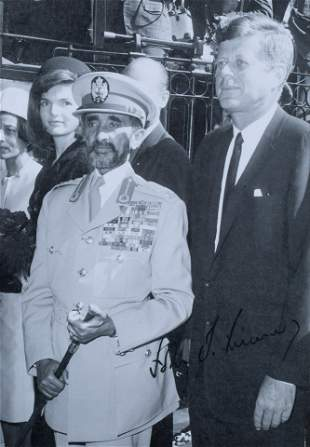 [JFK] A SIGNED VINTAGE PHOTOGRAPH OF JACKIE AND JOHN F.