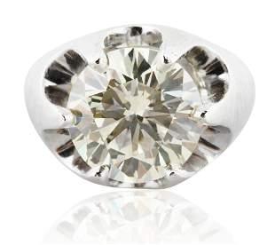 A 8.95 KT ROUND BRILLIANT CUT DIAMOND RING