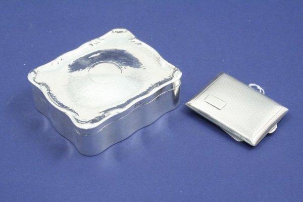 1210: A George V silver serpentine trinket box & silver