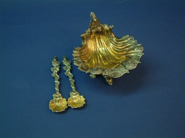 1220: A George III silver shell shaped salt and pair of