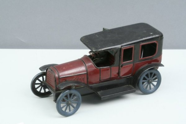 20: A German tinplate and clockwork limousine, 9.75in.