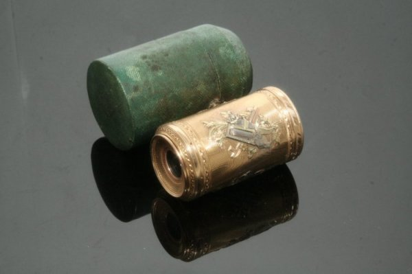1342: A late 18th century French three colour gold mono