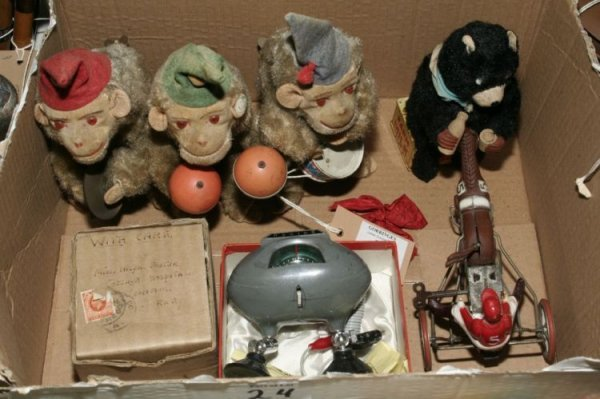 24: A Schuco clockwork mouse and Japanese toys