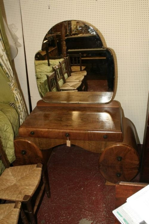 867: An Art Deco walnut dressing table, 4ft 2ins
